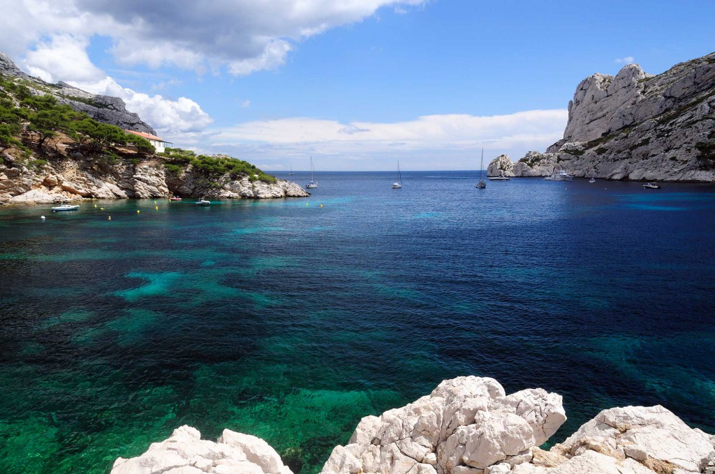 Wine and sailboat, calanque in Callelongue